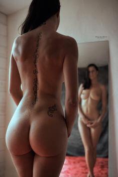 Голая девушка с надписью на спине