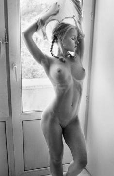 Голая девчонка с косичками