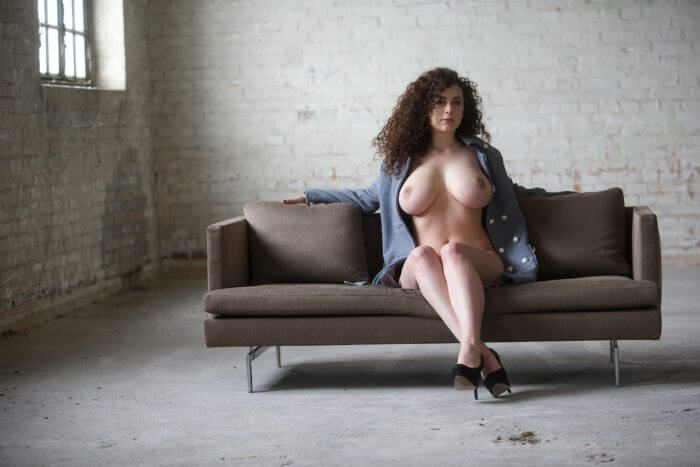 Кучерявая фрейлин с большой грудью и другие голые девушки