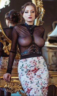Эффектная сударыня в просвечивающей блузке