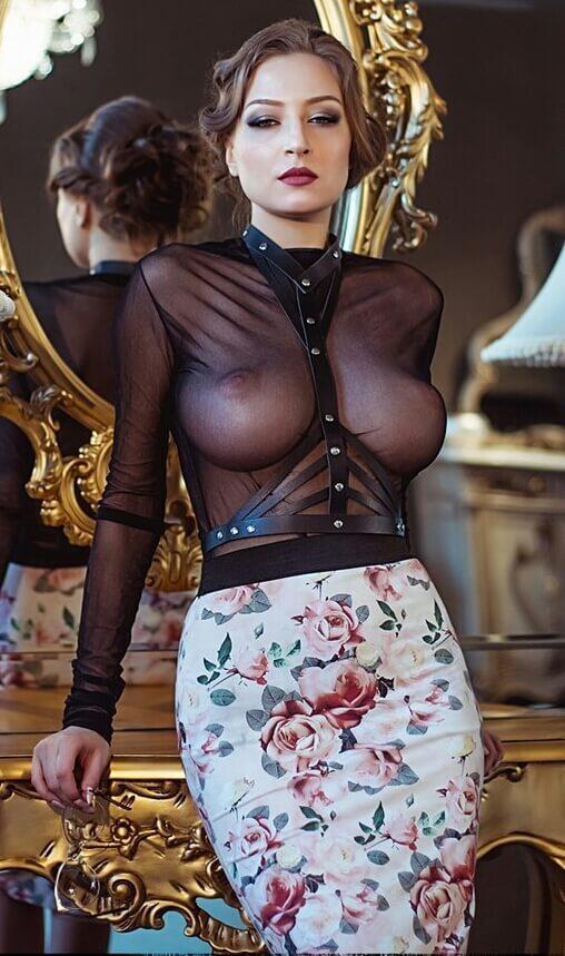 Эффектная сударыня в просвечивающей блузке и другие голые девушки