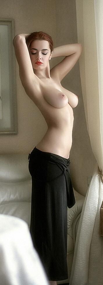 Элегантная француженка с голой грудью