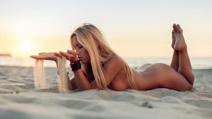 Голая блондинка на песке