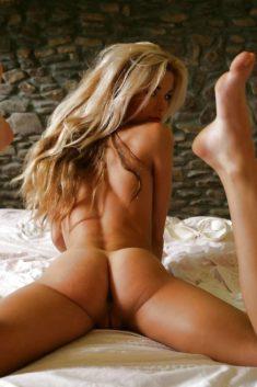 Голая блондинка в постели