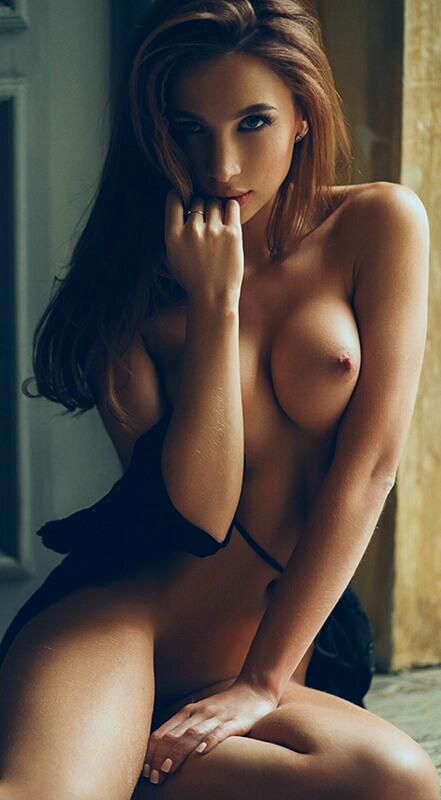 Голая красавица с проникновенным взглядом и другие голые девушки