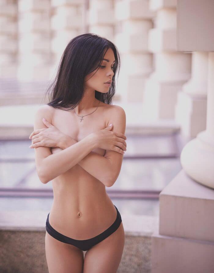 Красотка с пухлыми губками и другие голые девушки