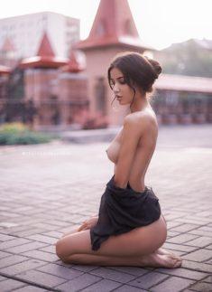Обнаженная девочка на площади