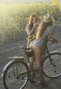 Подружки и велосипед
