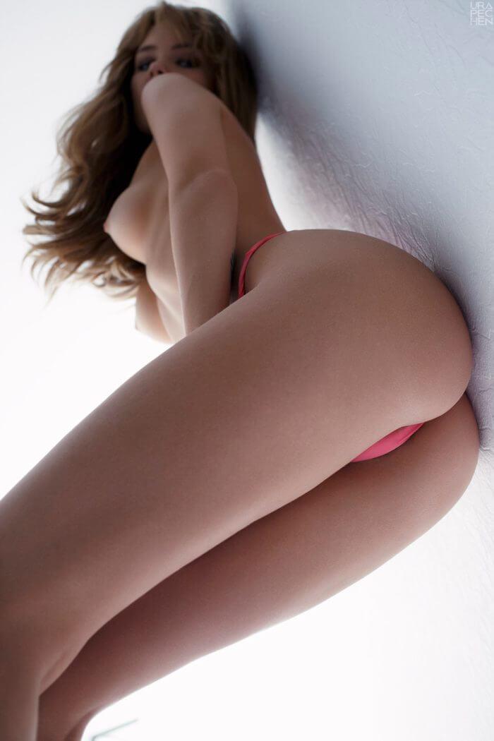Полуобнаженная деваха у стенки и другие голые девушки