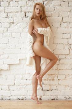 Прекрасная дама у стенки