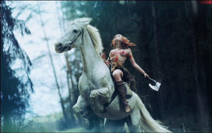 Рыжая наездница на коне