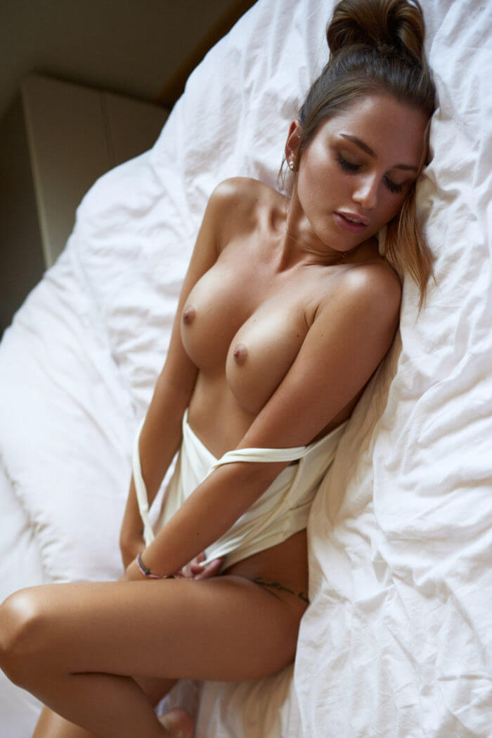 В постели с голой грудью