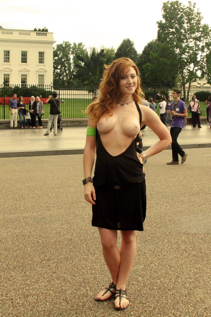 Дама с обнаженной грудью на улице