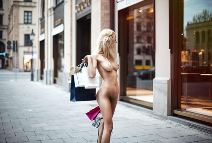 Голая блондинка на улице