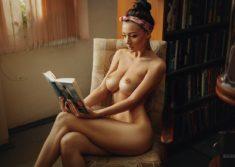 Голая девушка с книгой