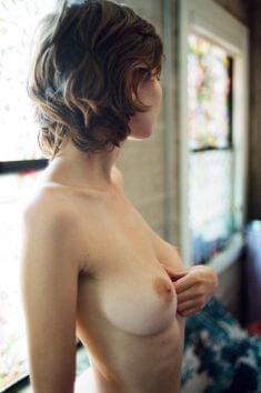 Голая Liara Roux в профиль