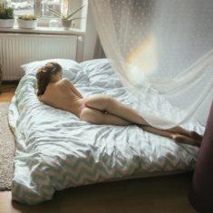 Стройная куколка на кровати