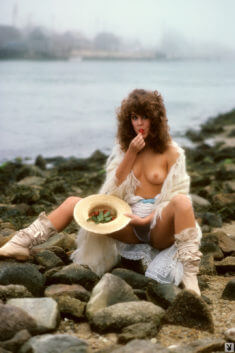 Аппетитная клубничка на берегу