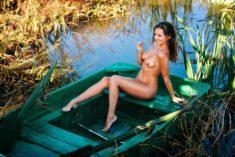 Голая девочка в лодке