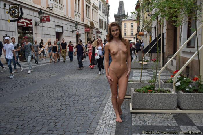 Голая на оживленной улице