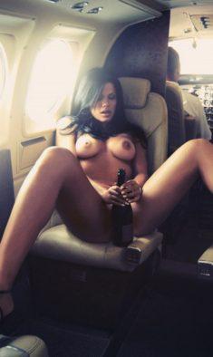 Голая пассажирка с бутылкой шампанского