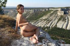 Голая Cecelia в горах