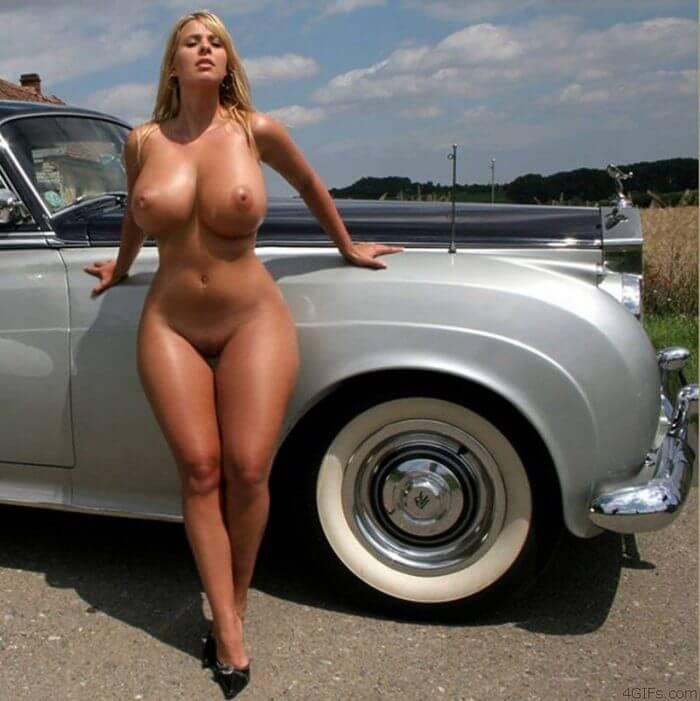 Голая возле раритетного авто