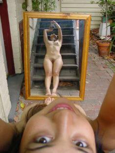 Голое отражение в зеркале