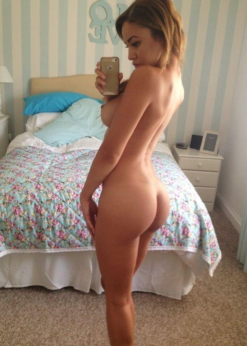 Голое селфи в спальне