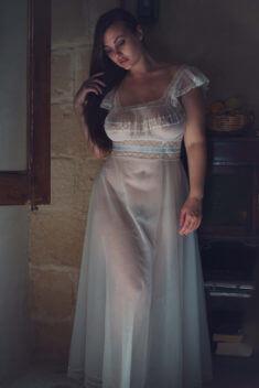 Lillias Right в просвечивающем платье