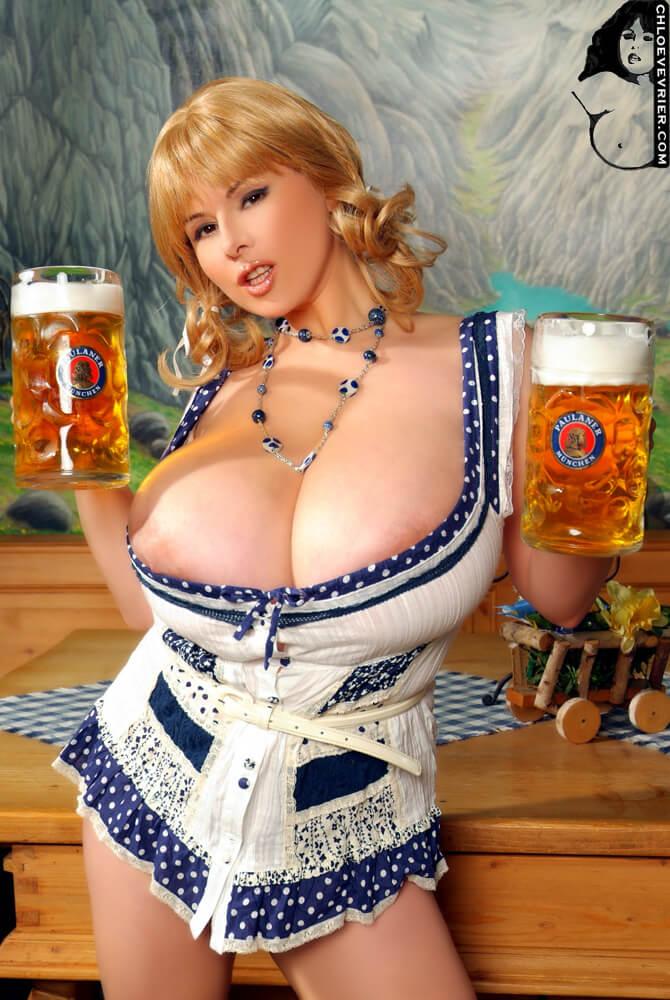Пышногрудая девушка с пивом