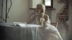 Сексуальная блондинка с косичками