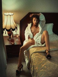 Симпатичная девушка в белом халате