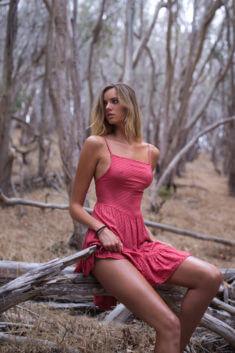 В красном сарафане посреди леса