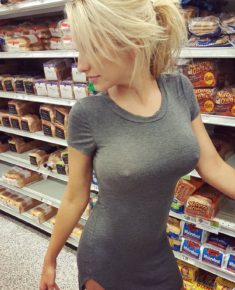 В обтягивающем платье без лифчика