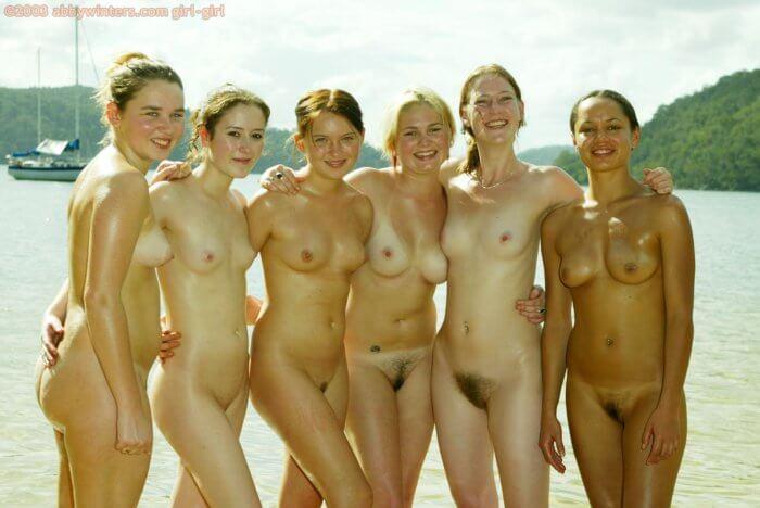Голые девчонки в обнимку