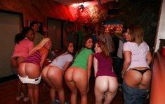 Девчата оголили попки на вечеринке