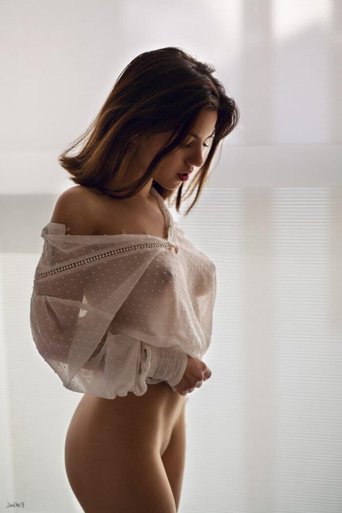 Девица в блузке