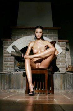 Эротика на стуле возле камина