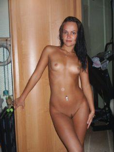 Голая девчонка в своей комнате