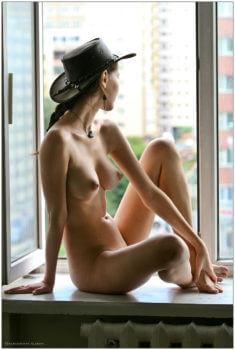 Голая девушка на подоконнике