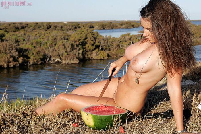 Голая девушка с арбузом