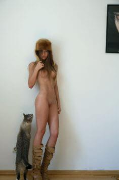 Голая девушка с котом