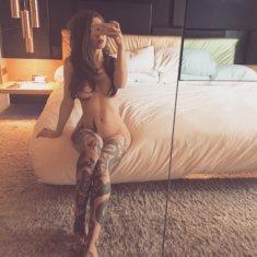 Голая девушка с татуированными ножками