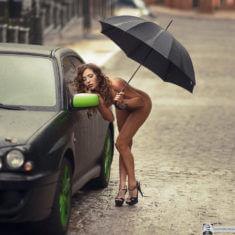 Голая девушка с зонтиком у тачки