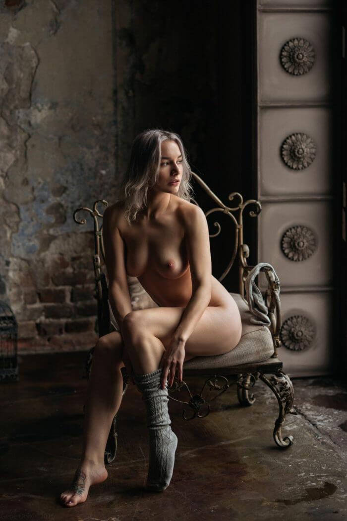 Голая девушка в кованном кресле