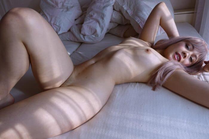 Голая гейша в постели