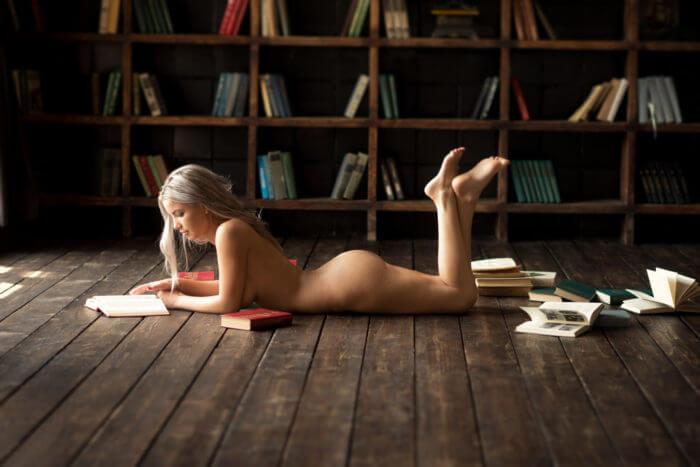 Голая красотка и книги