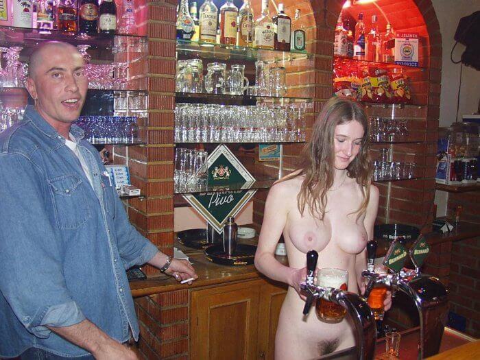 Голая официантка в баре