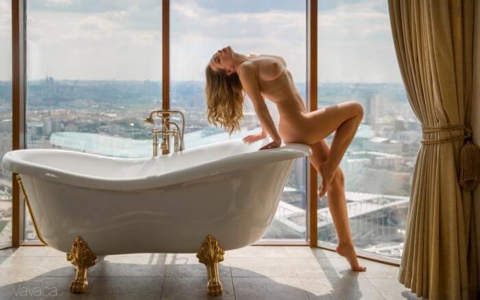 Голая Ольга Кобзар у ванной